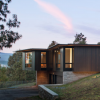 Carlton Architecture用深色雪松和耐候钢覆盖了北卡罗来纳州的房屋