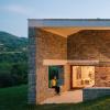 PYOArquitectos用标有木板的混凝土和浅色石材改造西班牙农庄