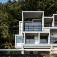 YM设计办公室的幻灯片楼由四层方形混凝土框架组成