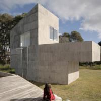 AdamoFaiden的混凝土度假屋占据了乌拉圭的沿海林地